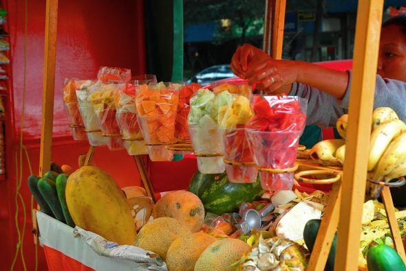 En las calles hay vasos de sandía, jícama, pepinos y otras frutas y verd...