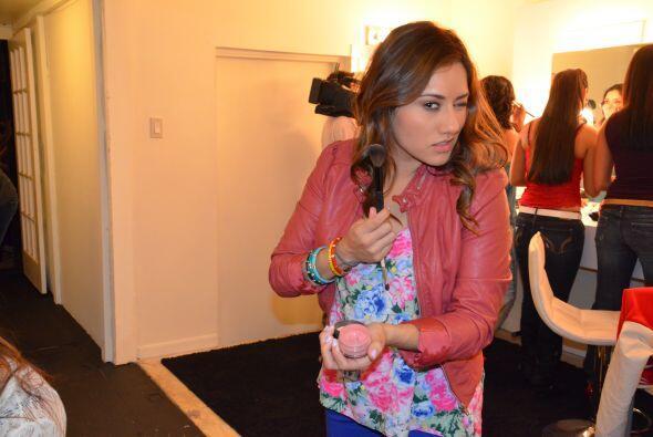Adriana Díaz hizo cara de villana mientras se maquillaba.