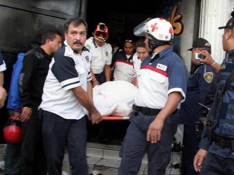 Los presentes comenzaron a salir tras las indicaciones de los polic&iacu...