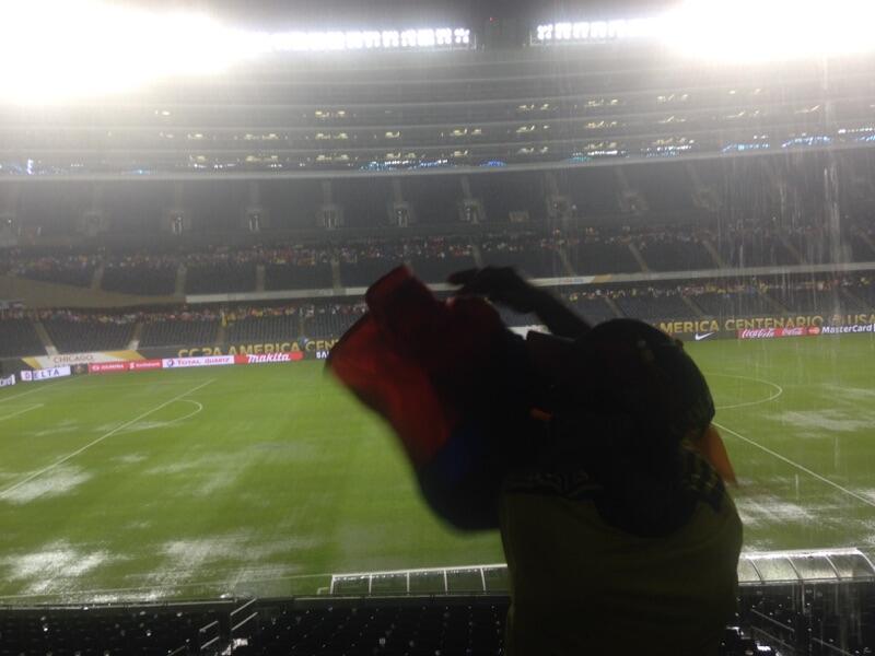 Fanáticos de Colombia y Chile se resguardan del clima en el Soldier Fiel...