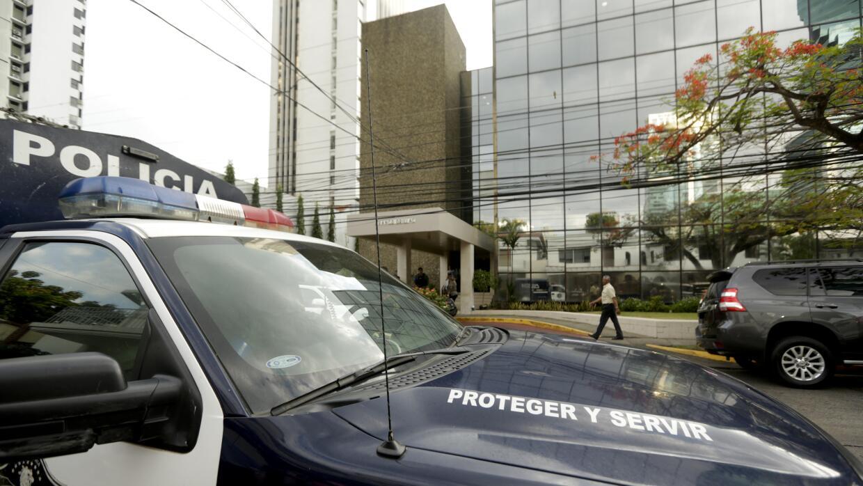 Una patrulla afuera de las oficinas de Mossack Fonseca, en ciudad de Pan...