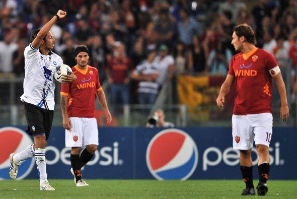Atalanta descontó con otro gol argentino. Germán Denis marcó el 2 a 1.