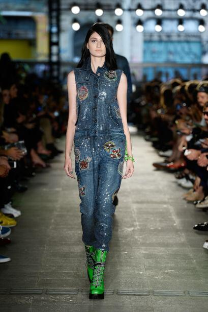 Pantalones, chaquetas, mini faldas y hasta jumpsuits, el denim sigue est...