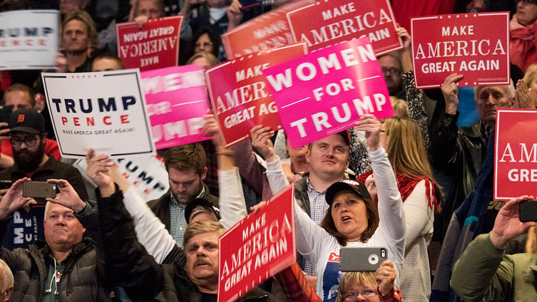 Detrás de Trump están sus fervientes seguidores.