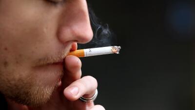Joven fumando en California