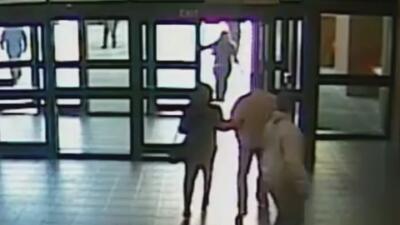 Video muestra la detención de un transgénero en Texas tras salir de una...