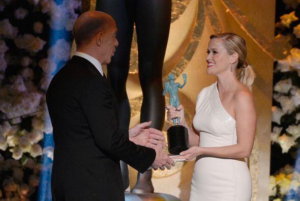 Reese entregándole su premio a J.K. Simmons