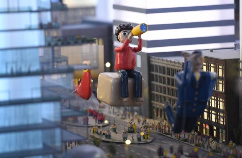 Un modelo de la parada de Macy's es parte del mundo en miniatura que pre...