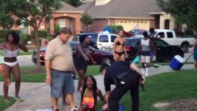 Momento en la que la joven es retenida por el agente de policía.
