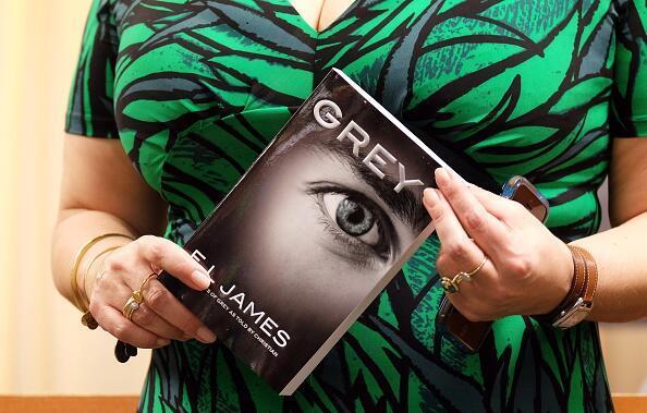 """E.L. James sigue alimentando fantasías con """"Grey"""" y revoluciona Nueva York"""