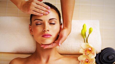 Mujer tomando un masaje.