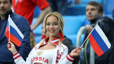 Las aficionadas rusas vuelven a ser protagonistas en el partido ante Egipto