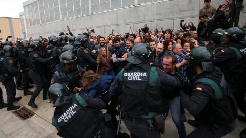 Los enfrentamientos entre la policía y los votantes fueron m&aacu...