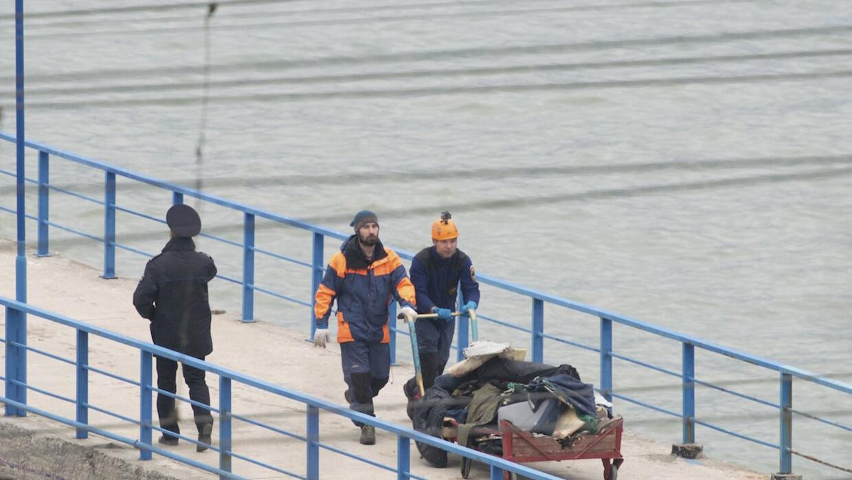 Personal de salvamento trae las pertenencias de las víctimas del Tu-154...