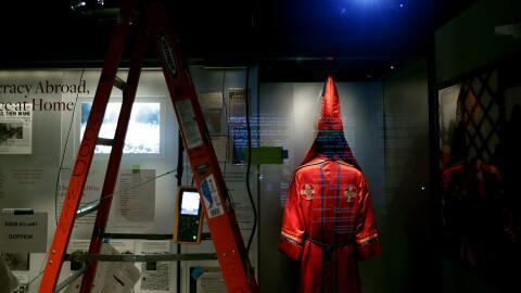 Túnicas y capuchas del Ku Klux Klan en el Museo Nacional de Histo...