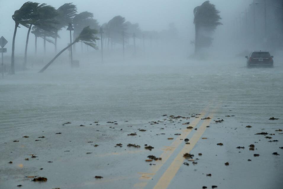 Un carro abandonado en la tormenta, en una calle de Fort Lauderdale, en...
