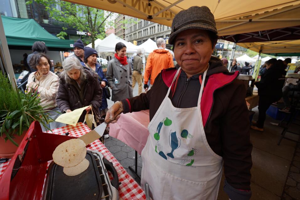 Con tortillas frescas, mexicana celebra el 5 de mayo