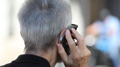 Adultos mayores, las víctimas más comunes de estafadores por medio de llamadas y correos electrónicos