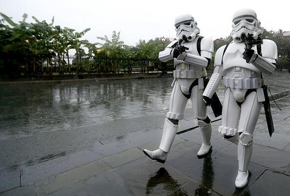 """Un par de """"troopers antitormenta"""" se pasean por las calles de..."""