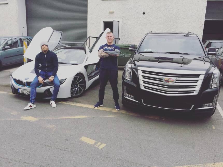 Conor McGregor junto a su BMW i8 (1.298 mm de altura) y su Cadillac Esca...
