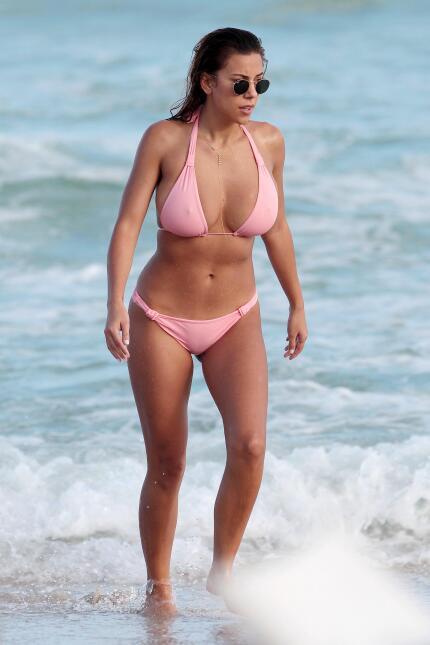 La bella modelo y bloggera calentó las playas con su bikinazo en rosa. ¡...