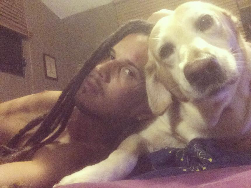 Actualmente vive En Bogotá, Colombia, en compañía de sus dos perros: Sam...