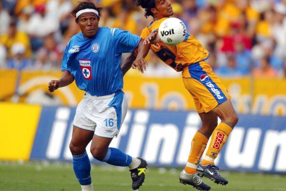Con el Cruz Azul estuvo en el 2004 y 2005 convirtiendo tres tantos. Tamb...