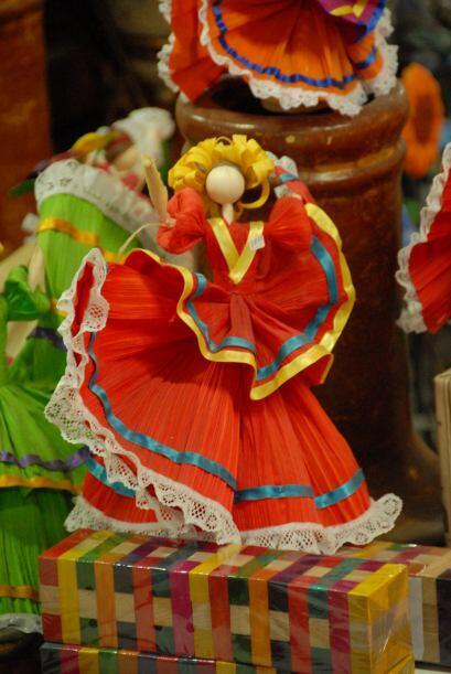 Muñecas coloridas y con vestimentas muy mexicanas.