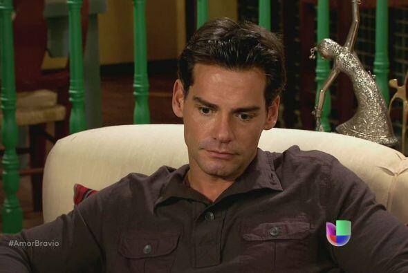 Lo regañan como a un chiquillo. Viviana le dice a Daniel que debe acepta...