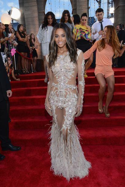El vestido de Ciara no era apto para cardíacos, porque de tan rev...