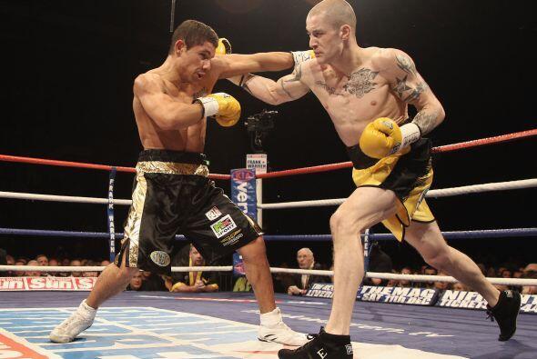 El escocés Ricky Burns (amarillo) derrotó por puntos al noruego nacido e...