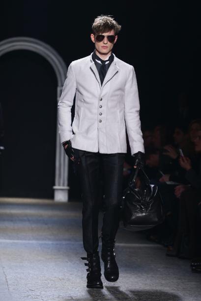 Sacos, pantalones de vestir, camisas, combinados con botas y guantes de...
