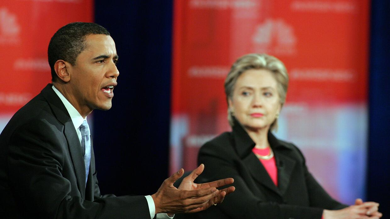 Barack Obama y Hillary Clinton durante un debate demócrata en enero 15,...