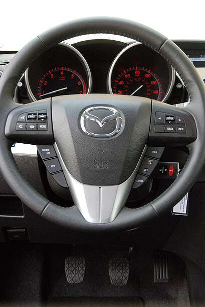 El volante permite acceder a todas las funciones de audio y control cruc...