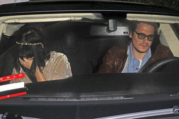 Mientras Katy se oculta, John se apresura a alejarse del lugar. Mira aqu...