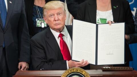 25 de enero de 2017. Trump firma las órdenes ejecutivas sobre el muro en...
