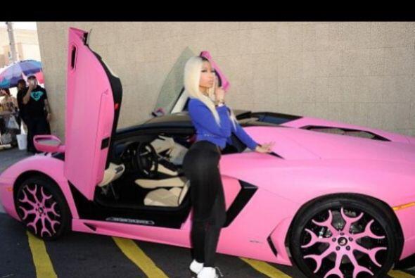 Nicki Minaj con su Lamborghini Aventador colo rosa.