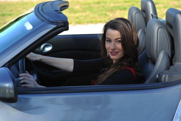 Ahora si, terminó la sesión de fotos y Nastassja se va en el Nissan 370Z...