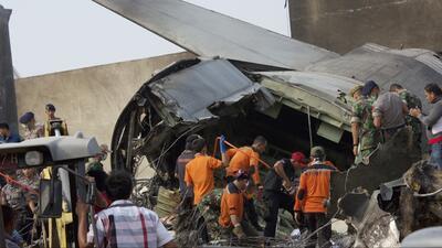 Decenas de muertos por accidente aéreo en Indonesia