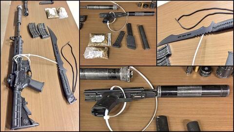 Entre lo que le descubrieron se encuentra un fusil AR-15 y un machete.
