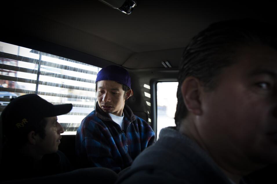 Josué y otro joven centroamericano deportado en su mismo grupo viajan ha...