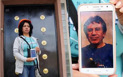 Virginia Millares, de 59 años, sostiene la fotografía de s...