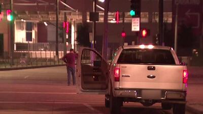 En video: Un hombre amenaza con dispararse en la cabeza en plena calle de Houston