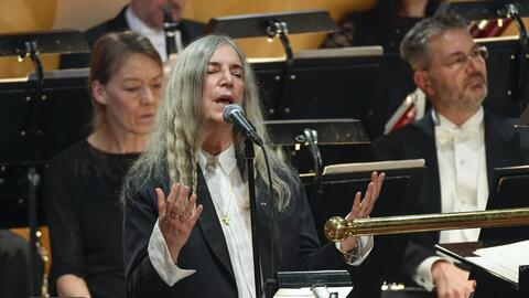 "ARCHIVO - Patti Smith interpreta ""A Hard Rain's A-Gonna Fall""..."
