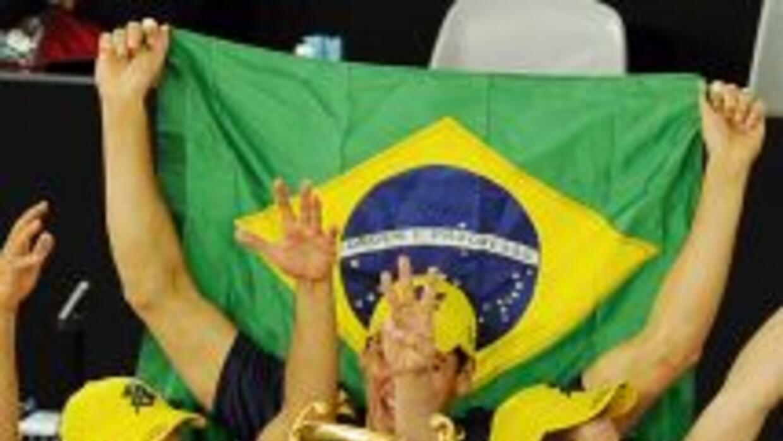 El capitán brasileño, Gilberto Godoy, levanta con orgullo el trofeo.