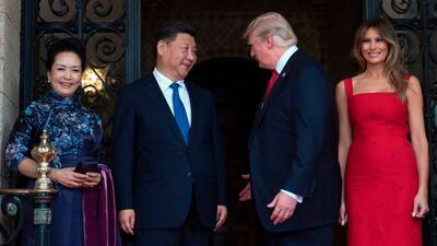 Donald Trump y su esposa, Melania, ofrecieron una cena al presidente de...