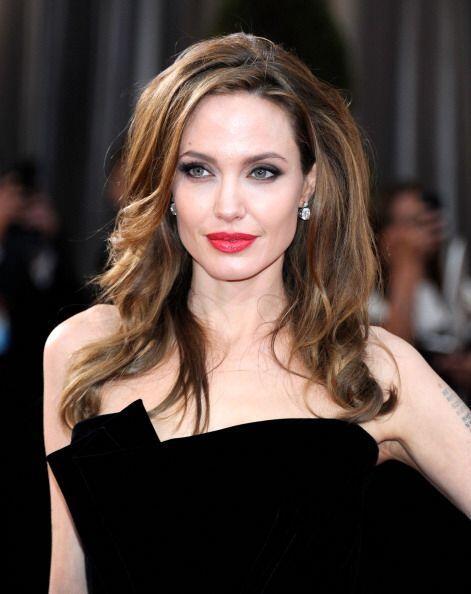 ¡A Angelina Jolie le gusta dejar marca sobre las camisas blancas de Brad...