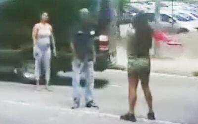 Una mujer recurre a una aspiradora para defenderse en una pelea callejera