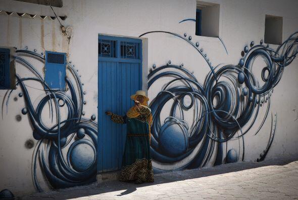 Los murales se han vuelto parte de cada calle en esta isla, formando con...