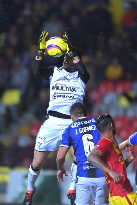 Tiago Volpi de Querétaro ataja el balón en un tiro de esquina para evita...